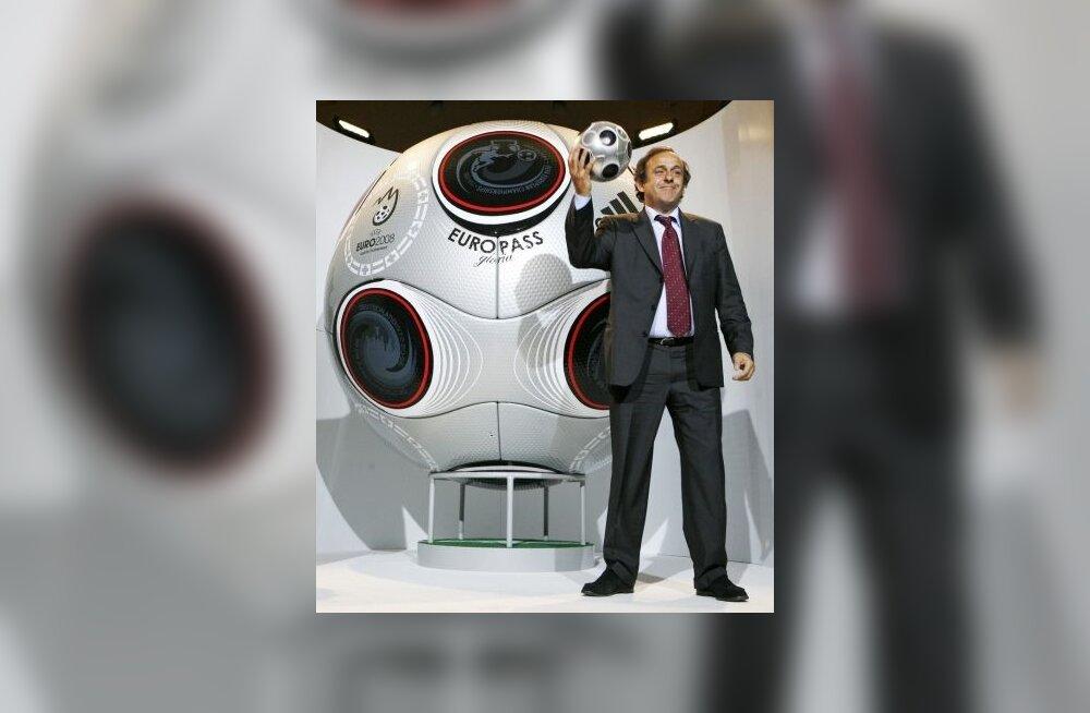 UEFA president Michel Platini EMi ameliku palliga