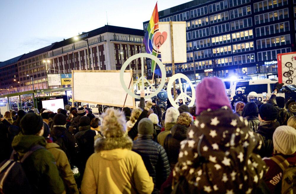 Helsingis toimus iseseisvuspäeva puhul mitu meeleavaldust, politsei konfiskeeris paremäärmuslastelt haakristiga lipud
