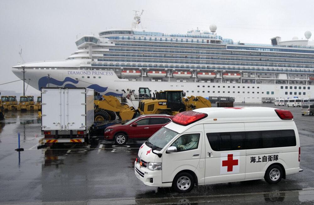 За сутки число больных коронавирусом на японском лайнере увеличилось на десятки человек