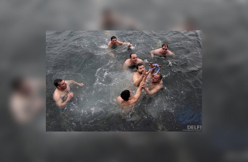 Kaasaegsed kreeklased vees rüselemas. Foto Nikolas Giakoumidis, AP