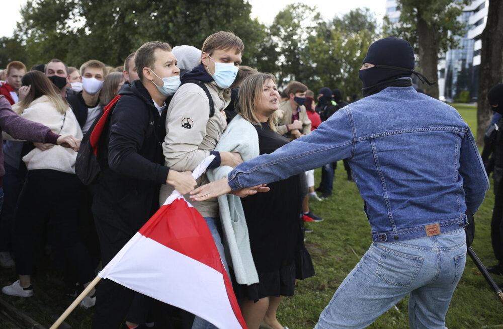 VIDEOD   Tundmatud maskides mehed hakkasid Minskis protestikogunemisi laiali lööma: osadel neist on nüüd ka relvad