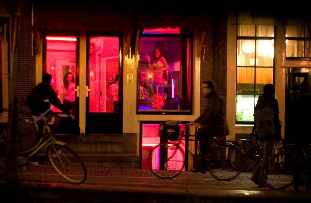 В Амстердаме хотят перенести Квартал красных фонарей. Говорят, жрицы любви страдают от толп туристов