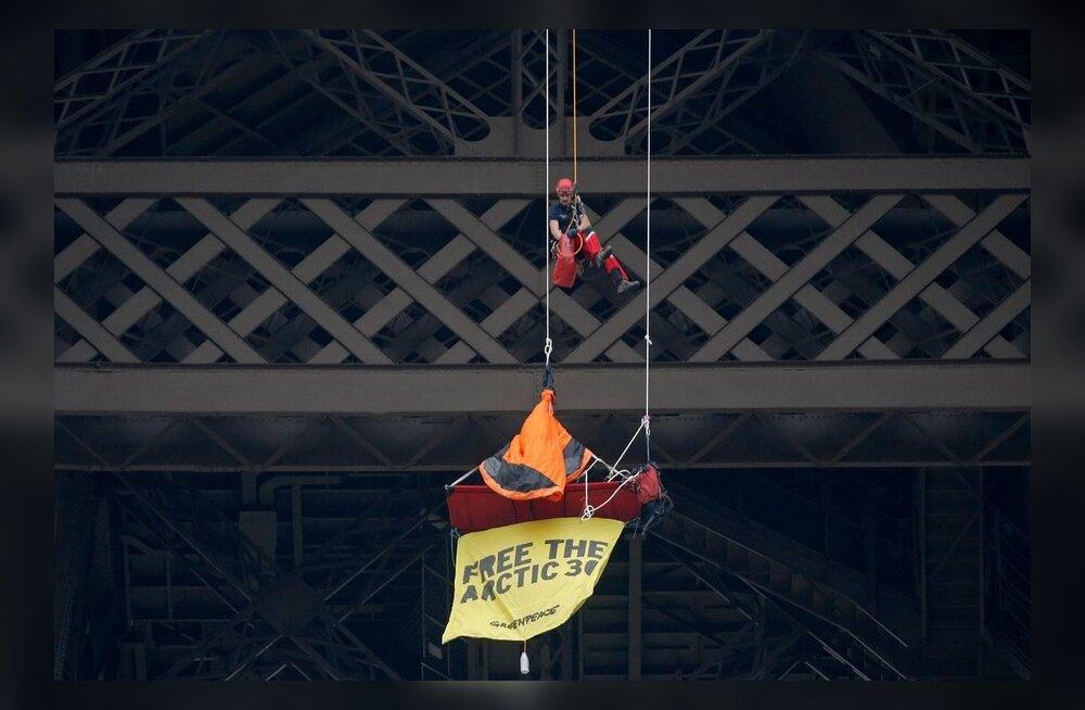 Greenpeace aktivist ripub Eiffeli tornil