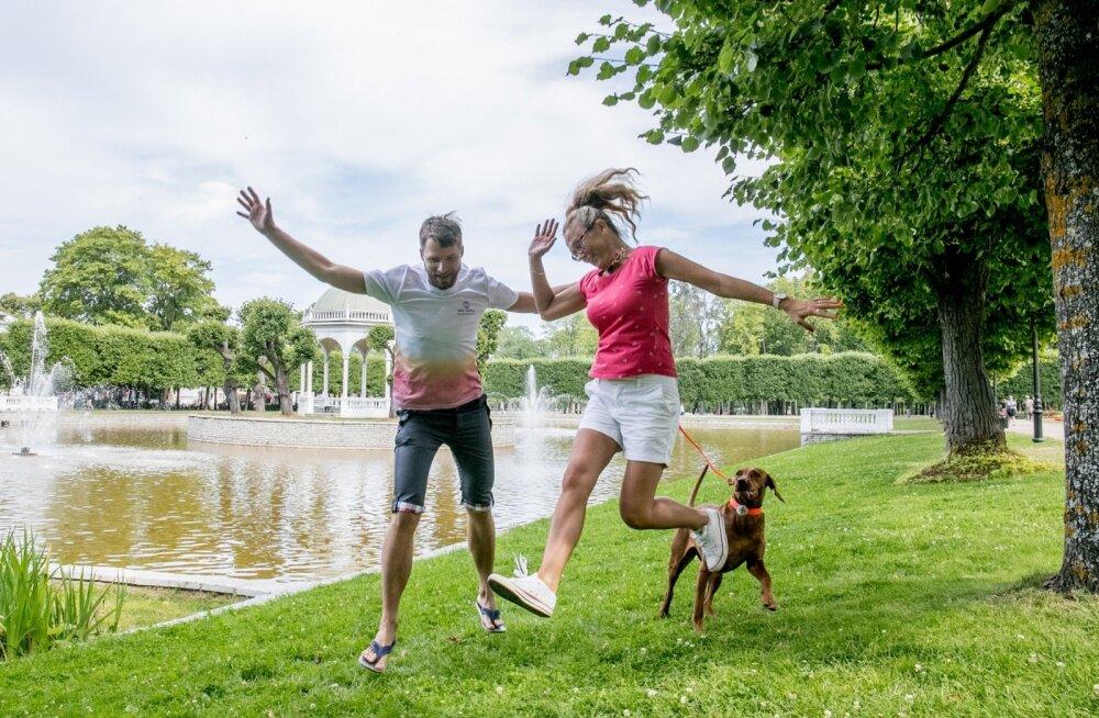 MTÜ Elu Nimel juhatuse liikmed Reio Vilipuu ja Katrin Olo-Laansoo teevad Kadriorus heategevuslikuks jooksuks trenni.