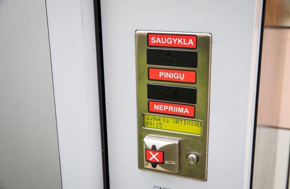 Литовцы придумали способ обойти ночной запрет: крепкий алкоголь можно получить круглые сутки в камере хранения!