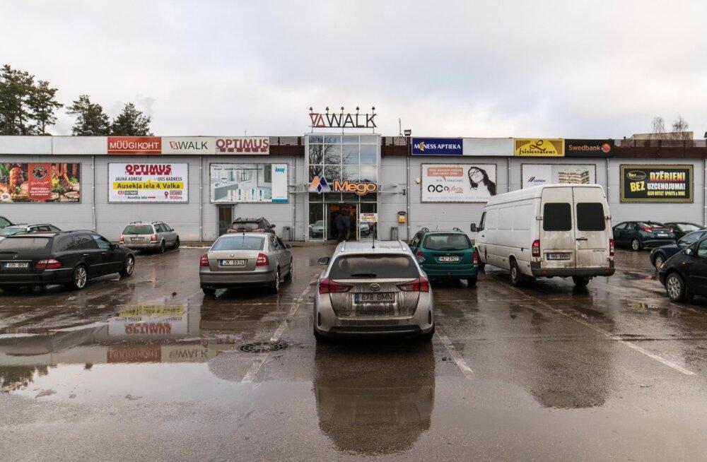 Valka Mego kaubanduskeskuse parkla. Umbes pooled autod kannavad Eesti, pooled Läti numbrimärke.