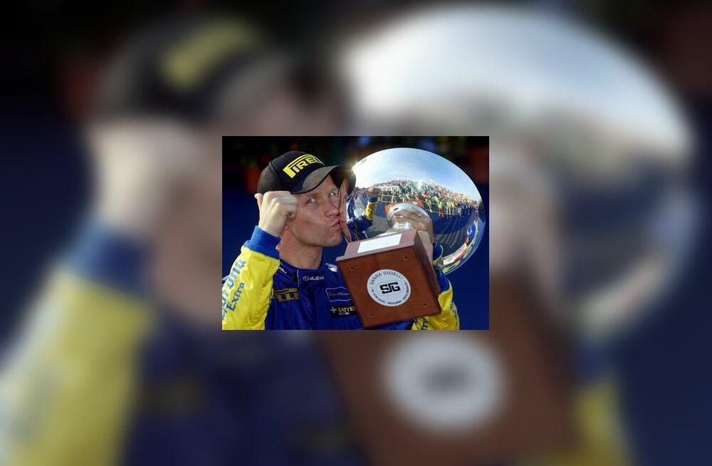 Petter Solberg Itaalia ralli võitjakarikaga