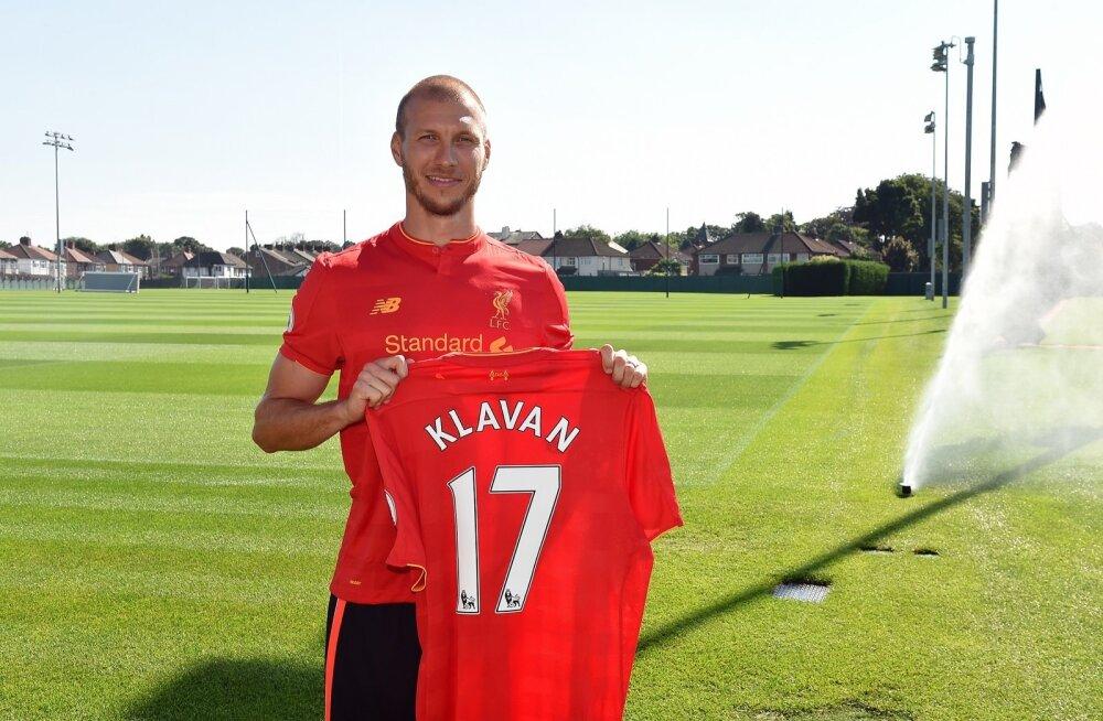 Kandes särki numbriga 17, astub ta samasse klubisse selliste Liverpooli kuulsuste nagu Steven Gerrard, Steve McManaman ja Paul Ince.