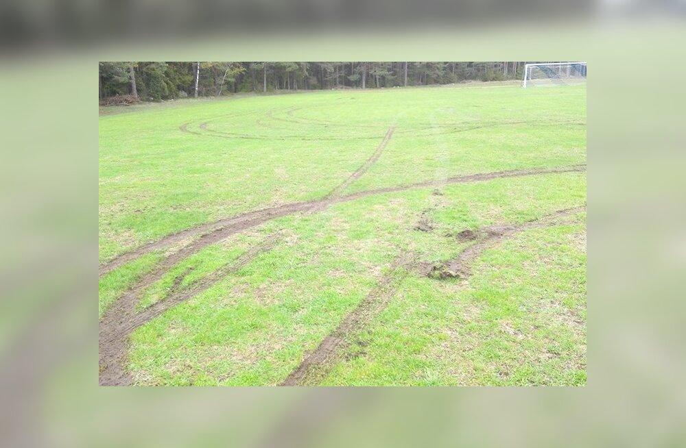 FOTOD | Kas oskad aidata kaabakate leidmisega? Saaremaal rüüstati ilus jalgpalliväljak