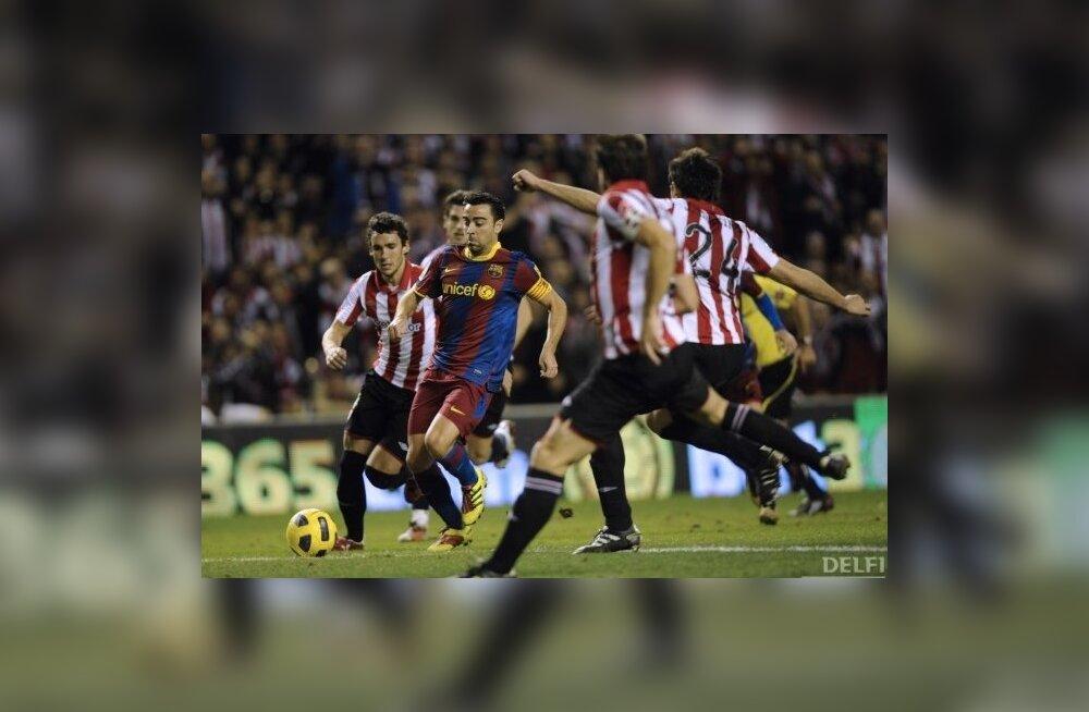 Xavi Hernandez vastaste piiramisrõngas, jalgpall