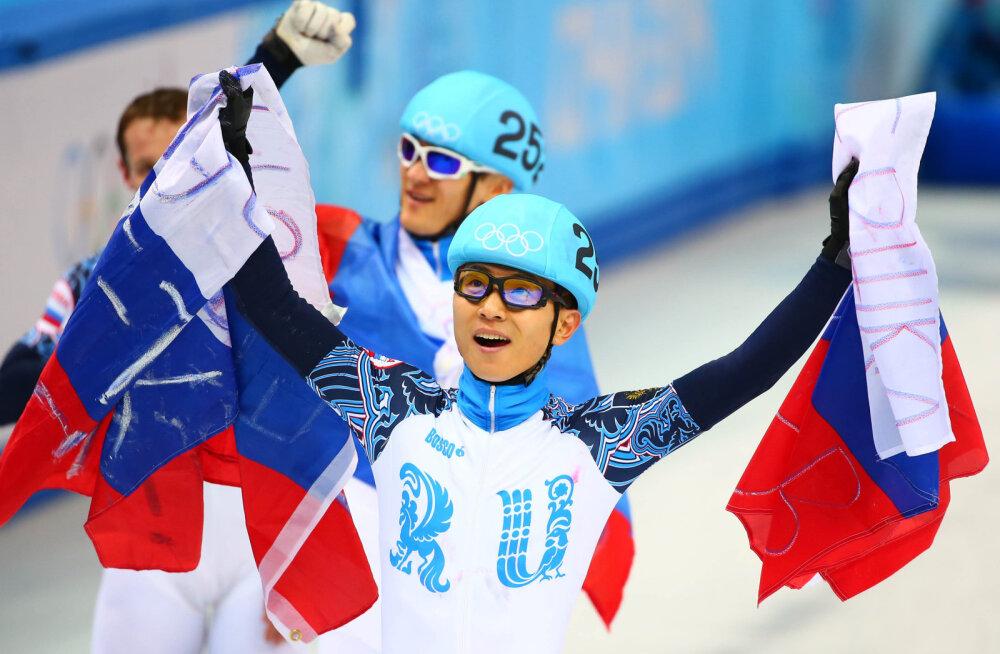 Виктор Ан празднует победу на Олимпиаде в Сочи