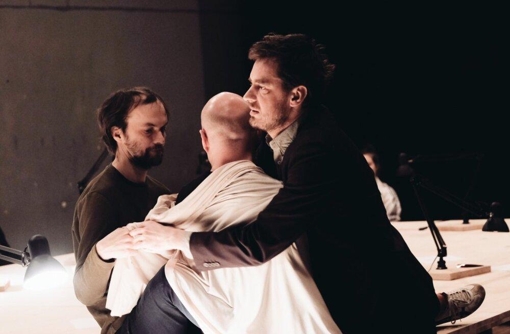 """""""Workshop"""" on lavastus õppimisest ja õpetamisest. Juhan Ulfsak, Mart Kangro ja Eero Epner on ka ise laval."""