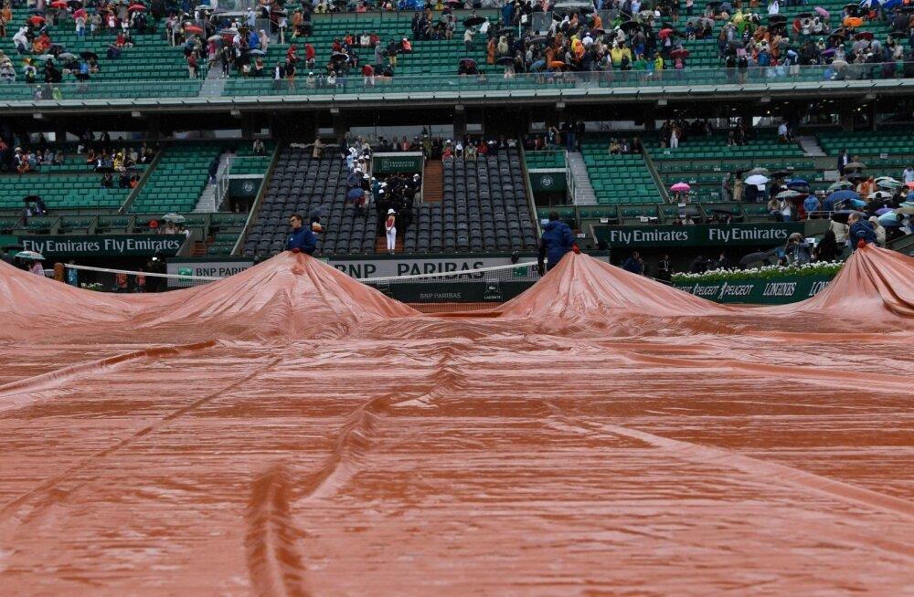 Kui vihma sajab, kaetakse Roland Garros' peaväljak kattega.
