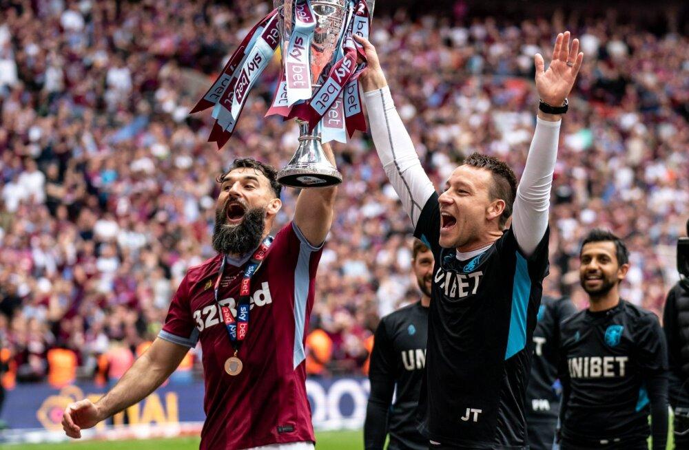 Aston Villa mängija Mile Jedinak  ja John Terry