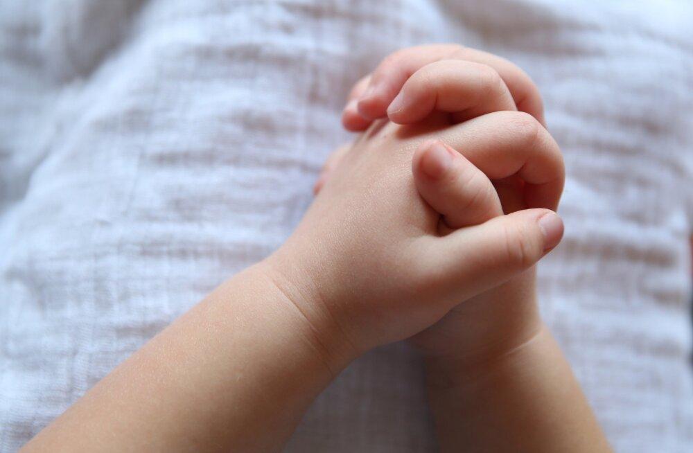 TULE TAEVAS APPI | Usufanattidest perekond kutsub inimesi ühispalvusse, et äratada surnuist nende 2-aastane tütar