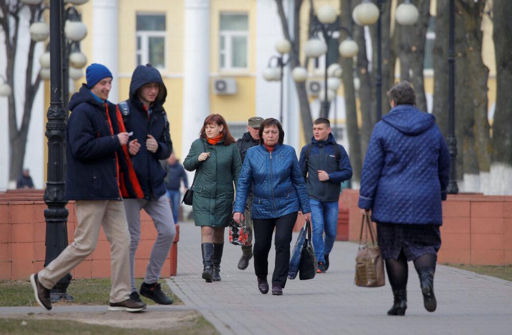 """Karantiinita Valgevene: avatud piirid, hoki alates 18. eluaastast, paraad 9. mail ja """"traktor ravib terveks kõik"""""""