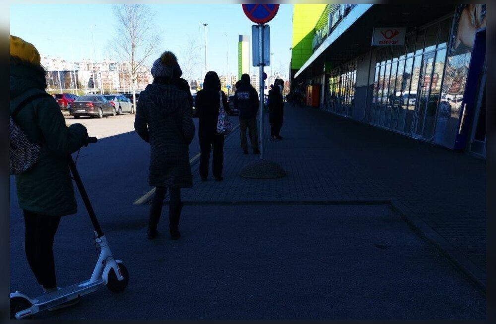 ФОТО читателя Delfi: Люди выстроились в очередь перед почтой в Ласнамяэ. Но дистанцию соблюдают!