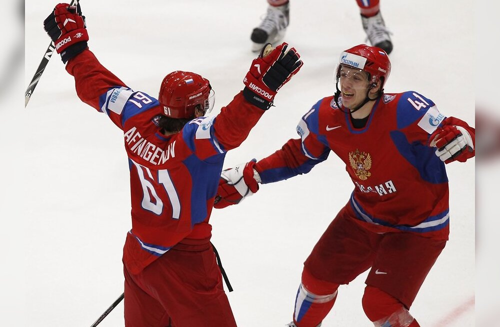 Russia's Maxim Afinogenov (L) celebrates his goal against Canada with teammate Nikolai Kulemin during their Ice Hockey World Championships match in Cologne May 20, 2010. REUTERS/Grigory Dukor (GERMANY - Tags: SPORT ICE HOCKEY)