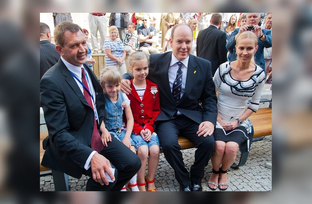 ФОТО: Умас Сыырумаа вместе с семьей позировал на скамье имени Грейс Келли