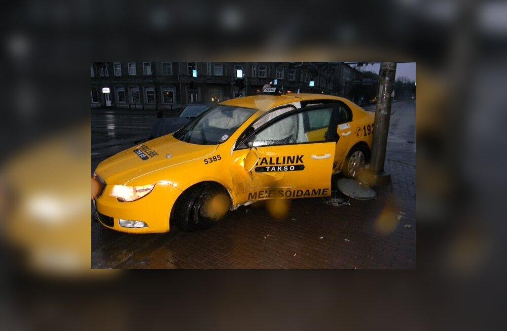 FOTOD: Tallinna kesklinnas põrkas Tallinki takso sõiduautoga kokku