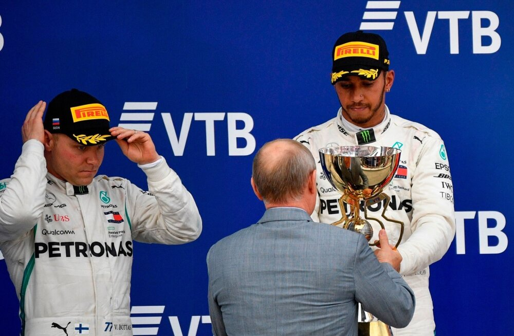 Venemaa president Vladimir Putin pääses ka pildile, kui Lewis Hamilton autasustamisele saabus.