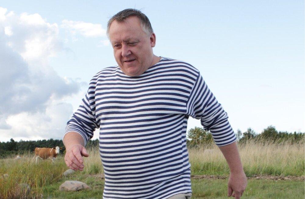 Vjatšeslav Leedo rõõmustab, et veised on rannakarjamaad nii puhtaks söönud, et taas pääseb jalgupidi merre.