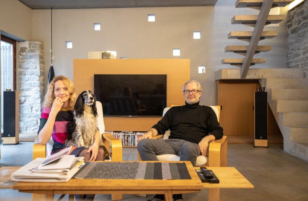 Arhitekt Toomas Tammis elab koos abikaasa Kerliga Tallinna kesklinnas hoolikalt pisiasjadeni läbi mõeldud minimalistlikus ja hubases majas.