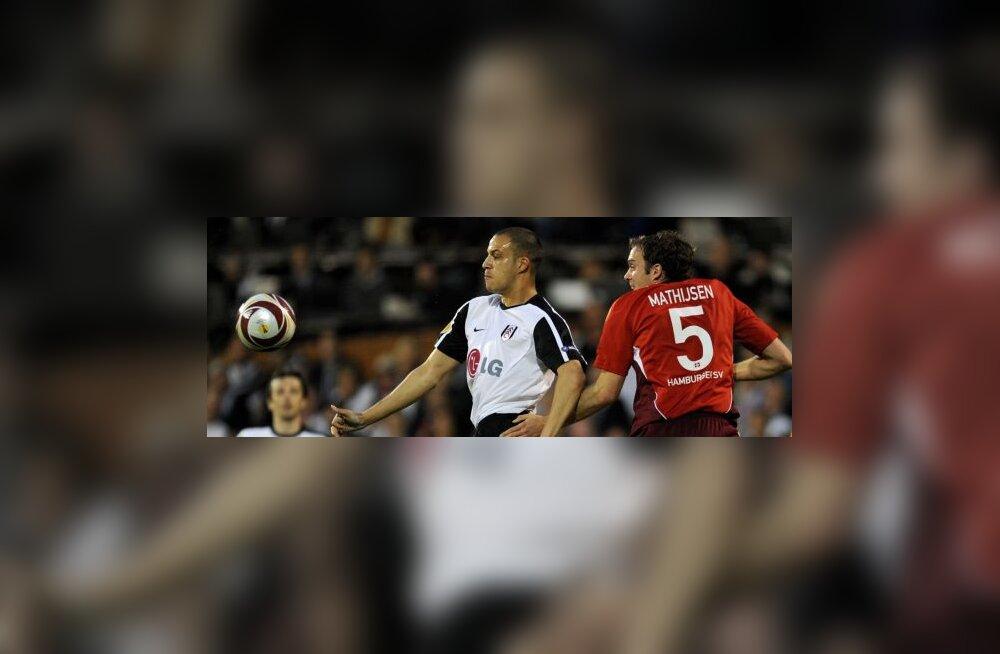 Bobby Zamora (Fulham) ja Joris Mathijsen (Hamburg)