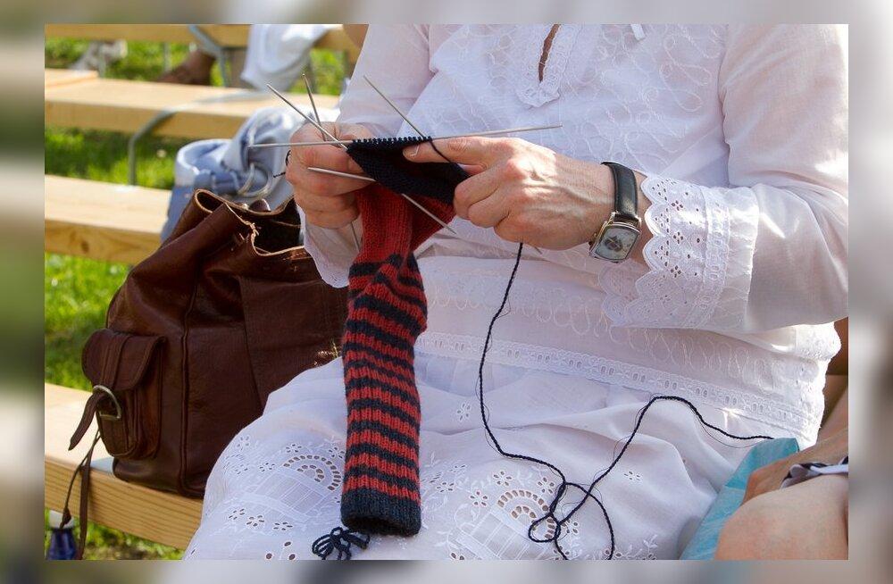 Брэд Питт обожает вязать носки