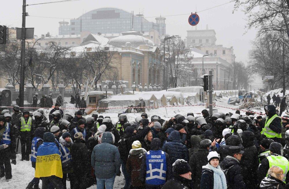 Украинские силовики разогнали палаточный лагерь у Рады
