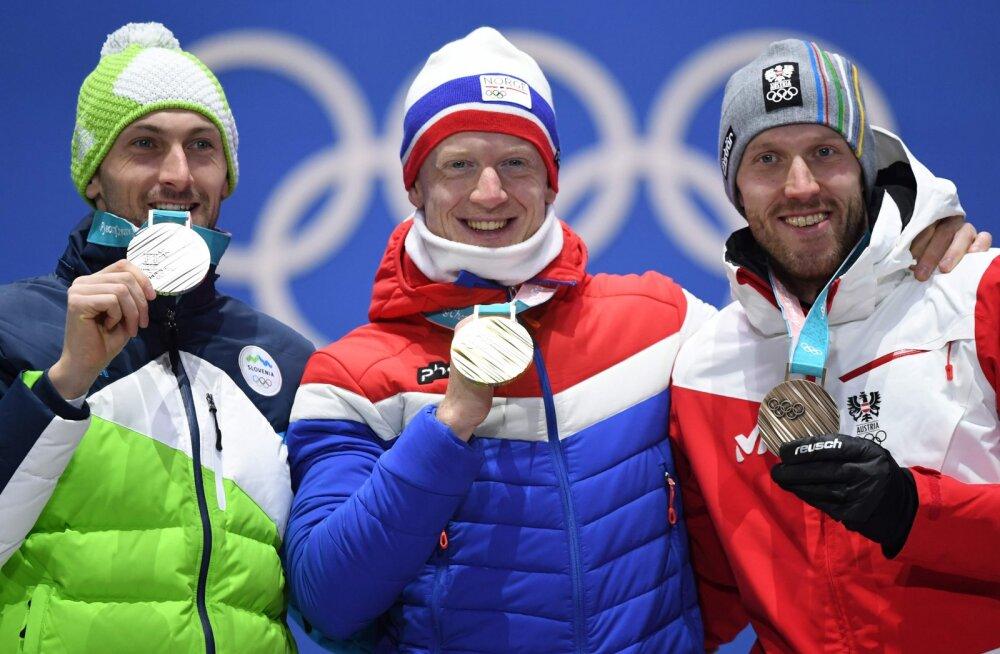 Pyeongchangi olümpia 20 km sõidu autasustamine, paremal Dominik Landertinger
