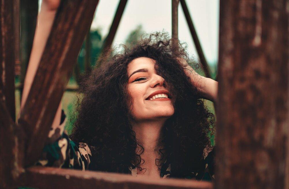 6 viisi, kuidas naised enese teadmata mehi erutavad