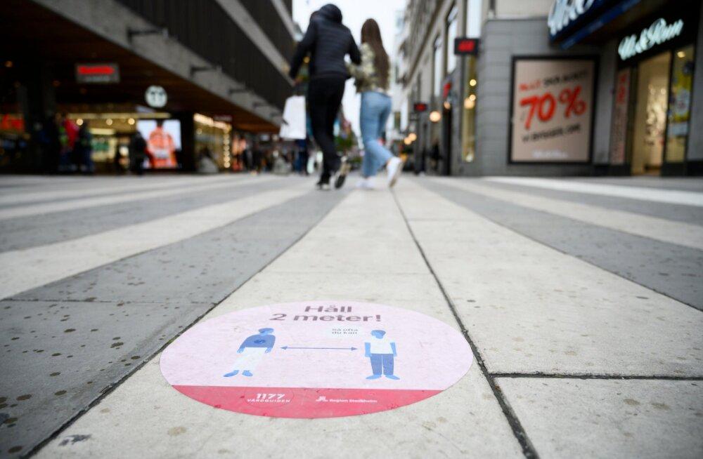 Stockholmi tänavatele kleebitud kleepsud tuletavad linlastele meelde, et teistega tuleb hoida vähemalt kaks meetrit vahet