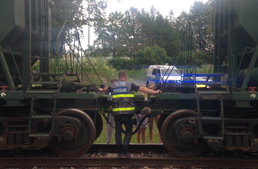 Turvatõketest mööda põikamisega ametis olnud poiss sattus rongiõnnetusse