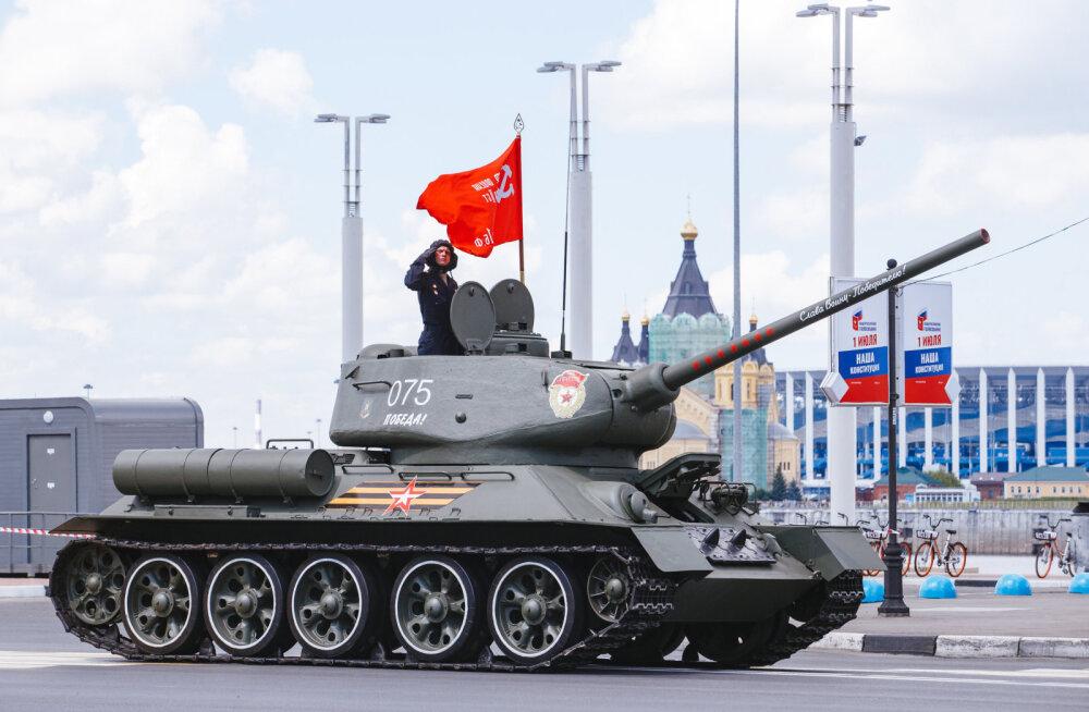 Intsidendid Venemaa võiduparaadidel: närvivapustuse saanud ajateenija ja kurvis otse sõitnud tank T-34