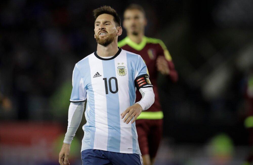 Argentina koondise staar Lionel Messi pidi väljakult pettununa lahkuma.