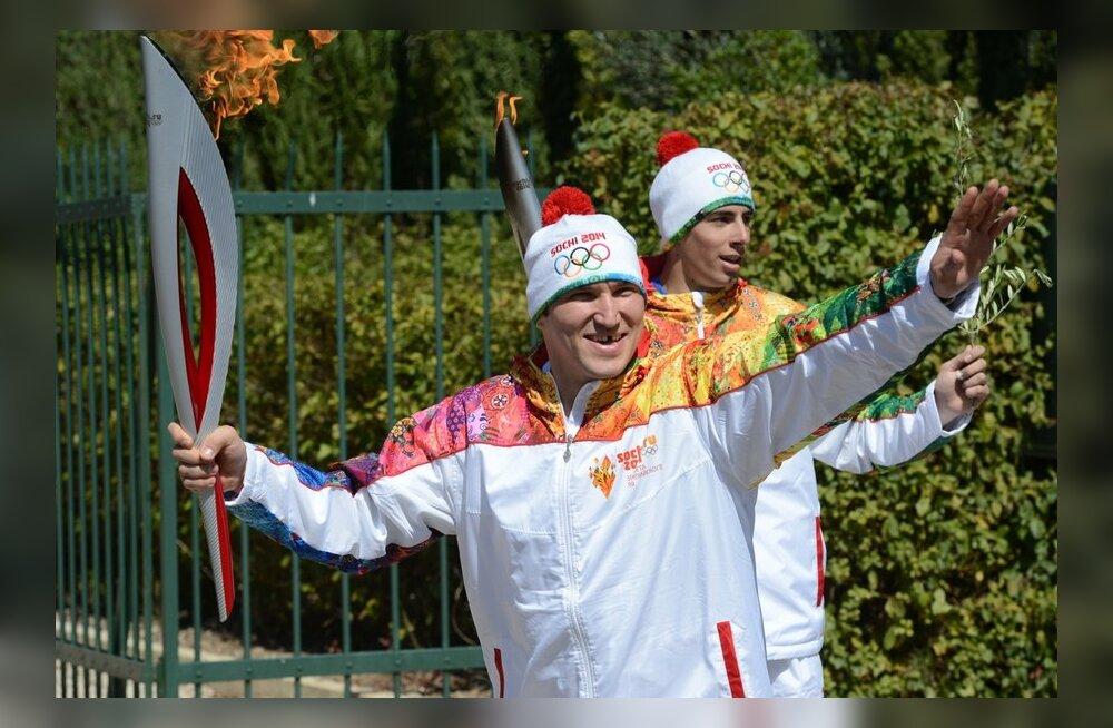 Aleksander Ovetškin olümpiatõrvikut kandmas