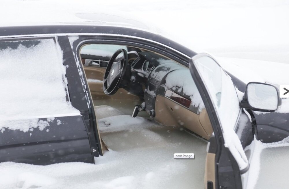 ФОТО: Провалившийся под лед внедорожник вмерз в воду
