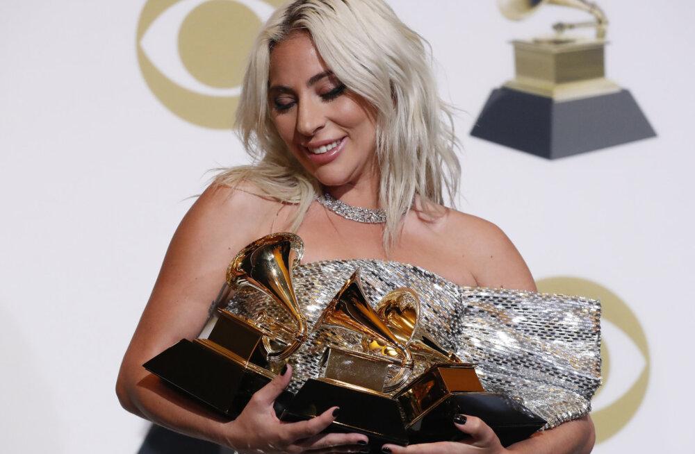 KLÕPS | Lady Gaga õrnutses aastavahetusel tundmatu noormehega: staari kihlus endise kallimaga lõppes vaid loetud kuud tagasi