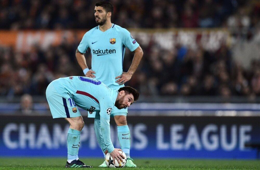 Murelikud Lionel Messi ja Luis Suarez palli mängu panemas.