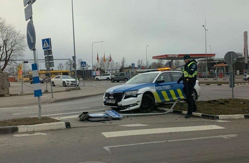Politseipatrull sõitis vastu liiklusmärki