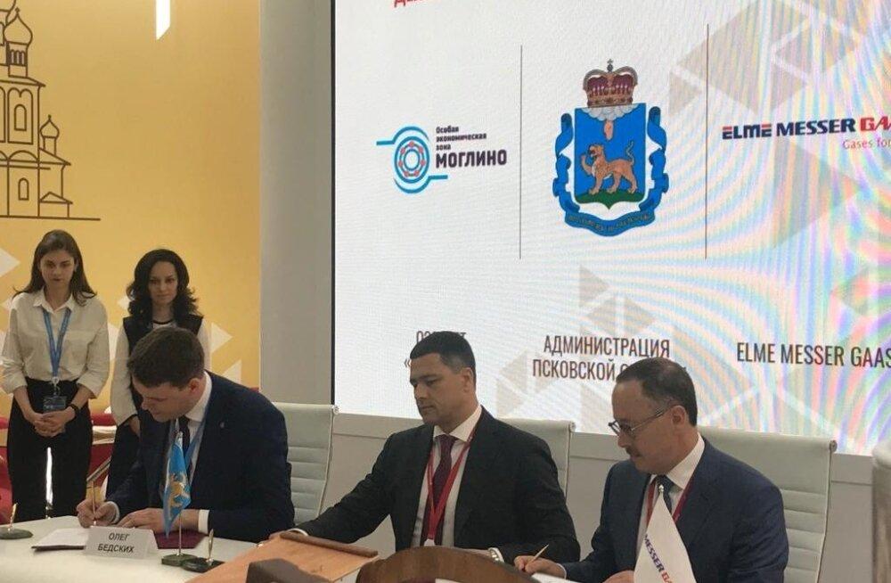 Moglino peadirektori k.t. Oleg Bedskihh (vasakult), Pihkva oblasti kuberner Mihhail Vedernikov, Elme Messer Gaasi juhatuse liige Igor Berman lepingu allkirjastamisel.