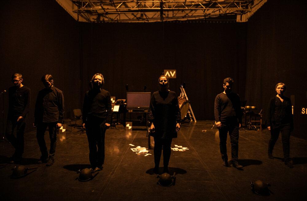 Ansamblit U: ja Mart Kangrot seob pikaajaline koostöö, mille keskmes on peale nüüdismuusika tutvustamise olnud ka interpreedi rolli ja staatuse käsitlused muusikakultuuri hierarhiates.