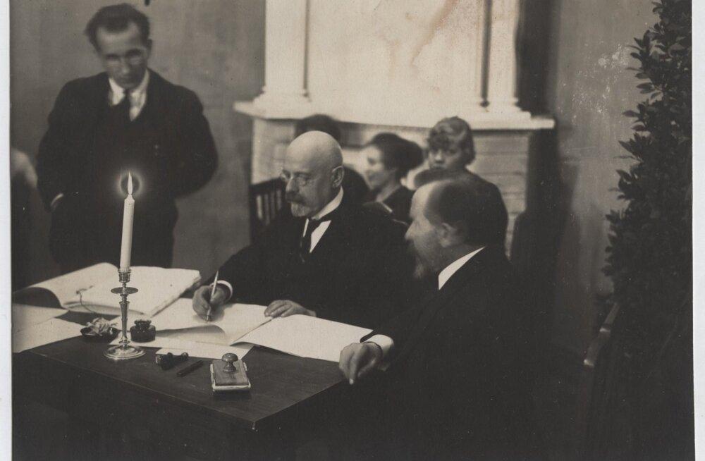 Jaan Poska allkirjastas Tartu rahulepingu. Sellega sai paika Eesti ja Venemaa piir, mõned kuud hiljem määrati ka Eesti ja Läti piir.
