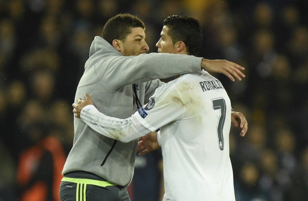 FOTOD JA VIDEO: Pariisis väljakule jooksnud fännil õnnestus Ronaldot kallistada