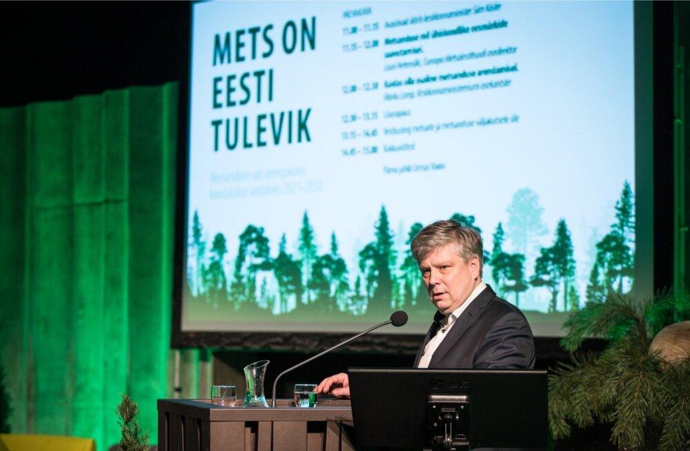 Keskkonnaministeeriumi metsanduse uue kümnendi arengukava koostamise avaüritus, kõnepuldis on minister Siim Kiisler. Homme tutvustatakse, missugused on arengukava koostamise üldeesmärgid ja metsanduse probleemid.