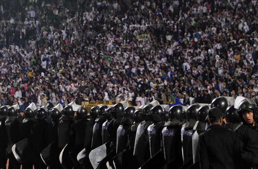 Midagi uut: Brasiilia klubi palkas turvameesteks fännide emad