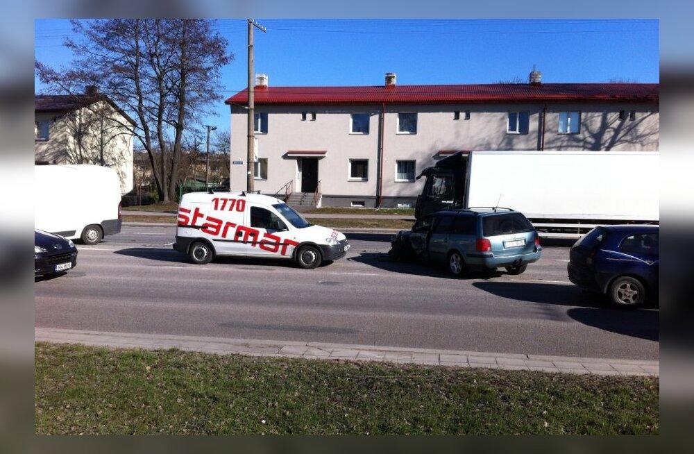 Tallinnas Sõpruse puiesteel põrkasid kokku 3 autot