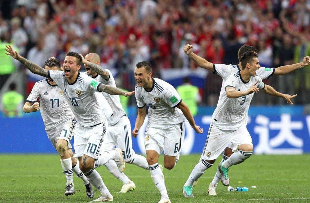 Venemaa jalgpallikoondis tähistamas Hispaania alistamist.