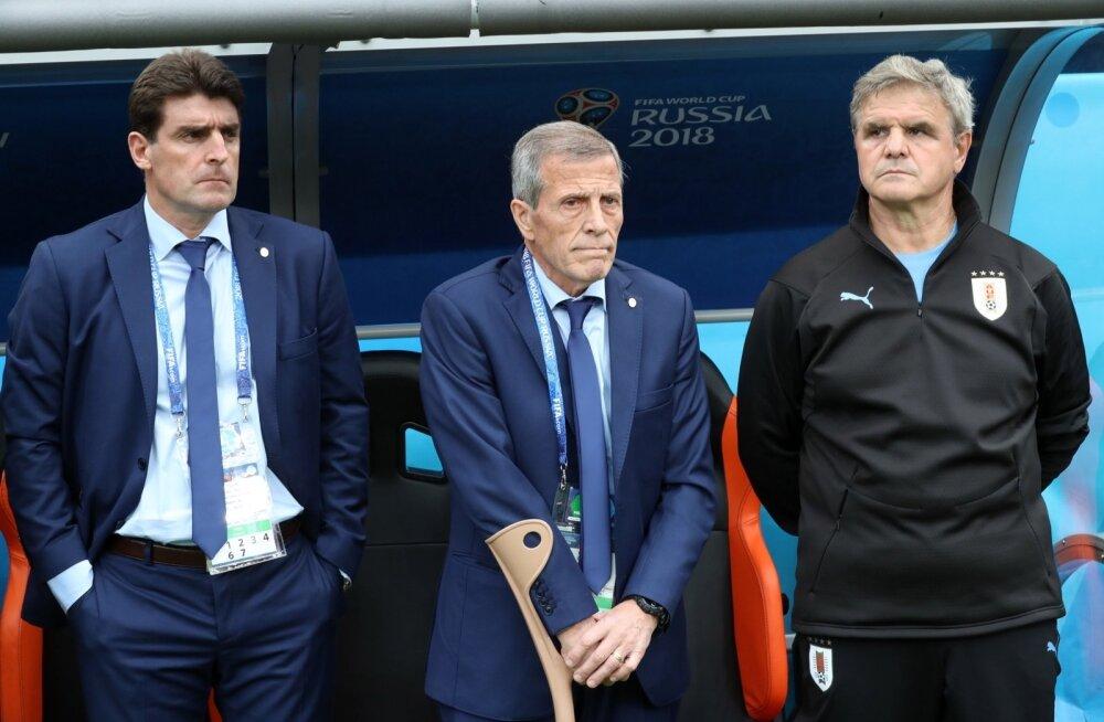Uruguay peatreener Oscar Tabarez (keskel).